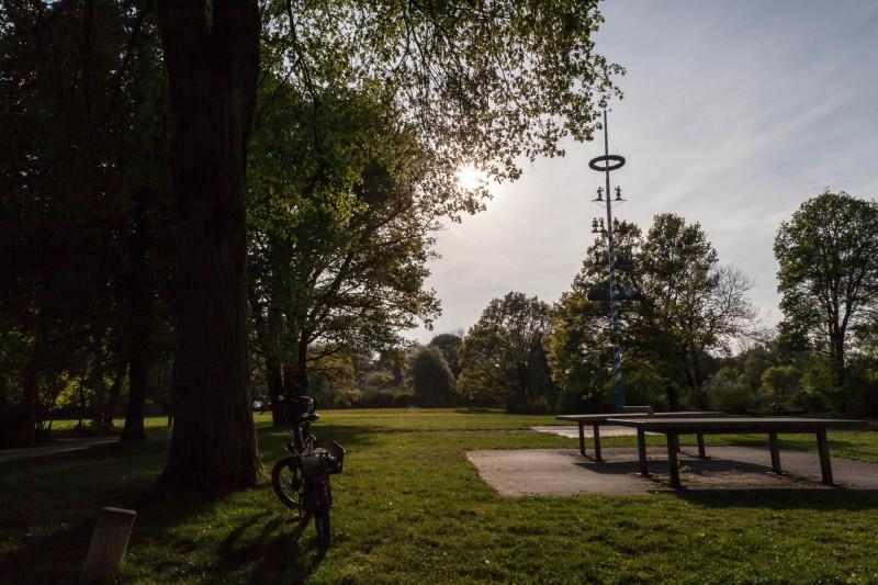 Schlösselgarten mit Wiese und Maibaum
